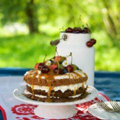 ŠKAREDÁ TORTA S OVOCÍM A SLANÝM KARAMELOM