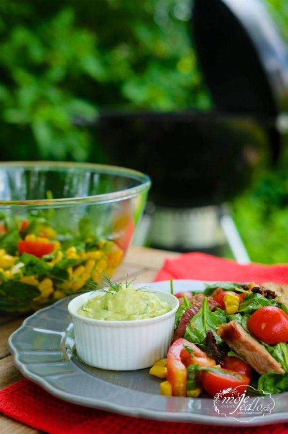 špenátový šalát s grilovaným mäsom a avokádovým dipom